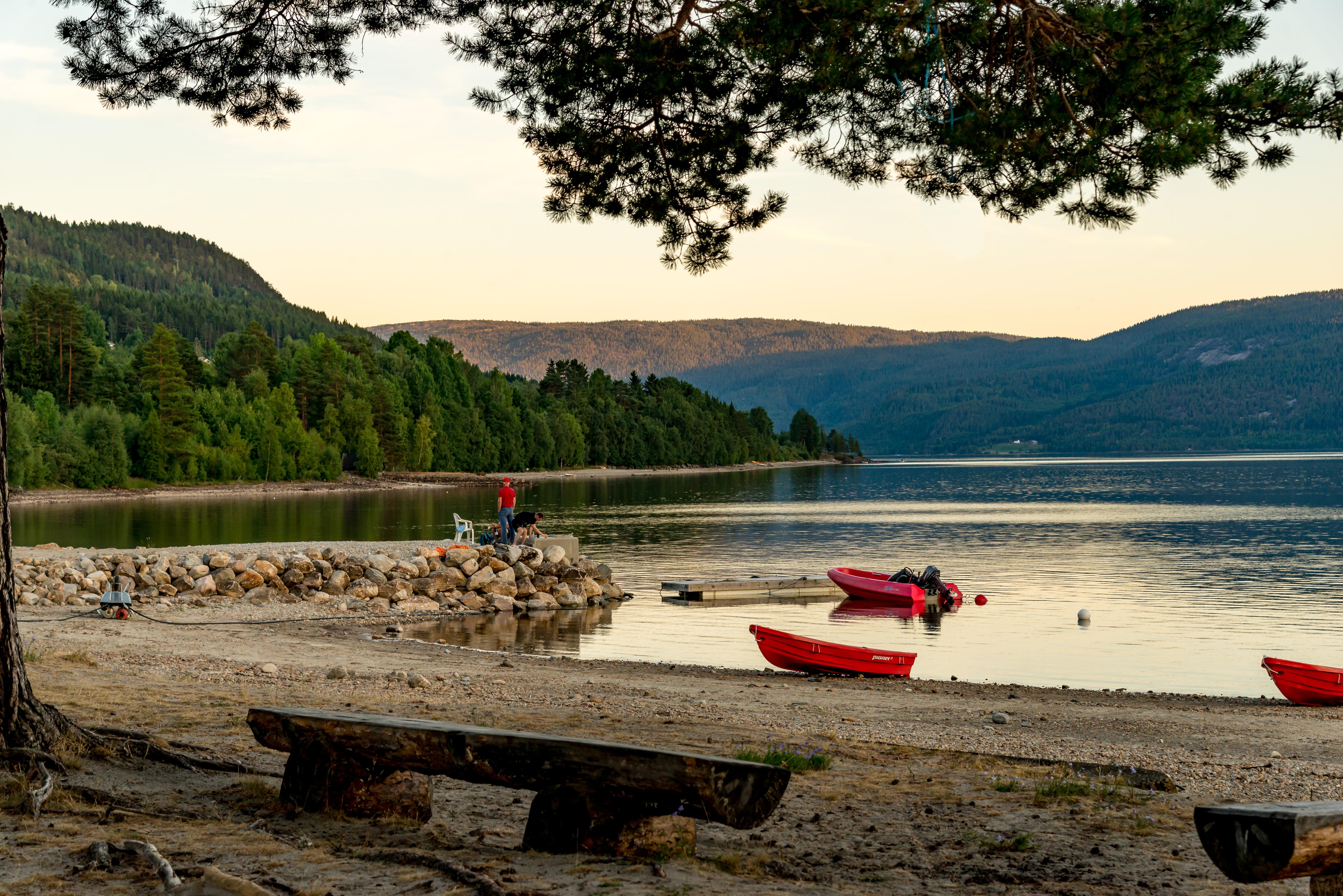 Campingplass med 70 plasser til campingvogn/bobil/telt. Nytt servicebygg med toaletter og dusjer. Selvbetjening.