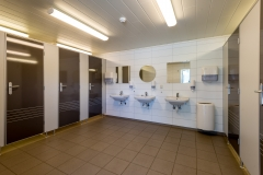 Nytt servicebygg med toaletter og dusjer. Selvbetjening.