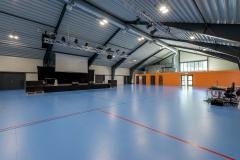 820 m2 hall, konserter/møter 500 sitteplasser- scene, komplett JBL PA, lysrigg, scenelys og prosjektor. Idrett: mykt sportsgulv, håndball, fotball, volleyball, basketball. Lobby