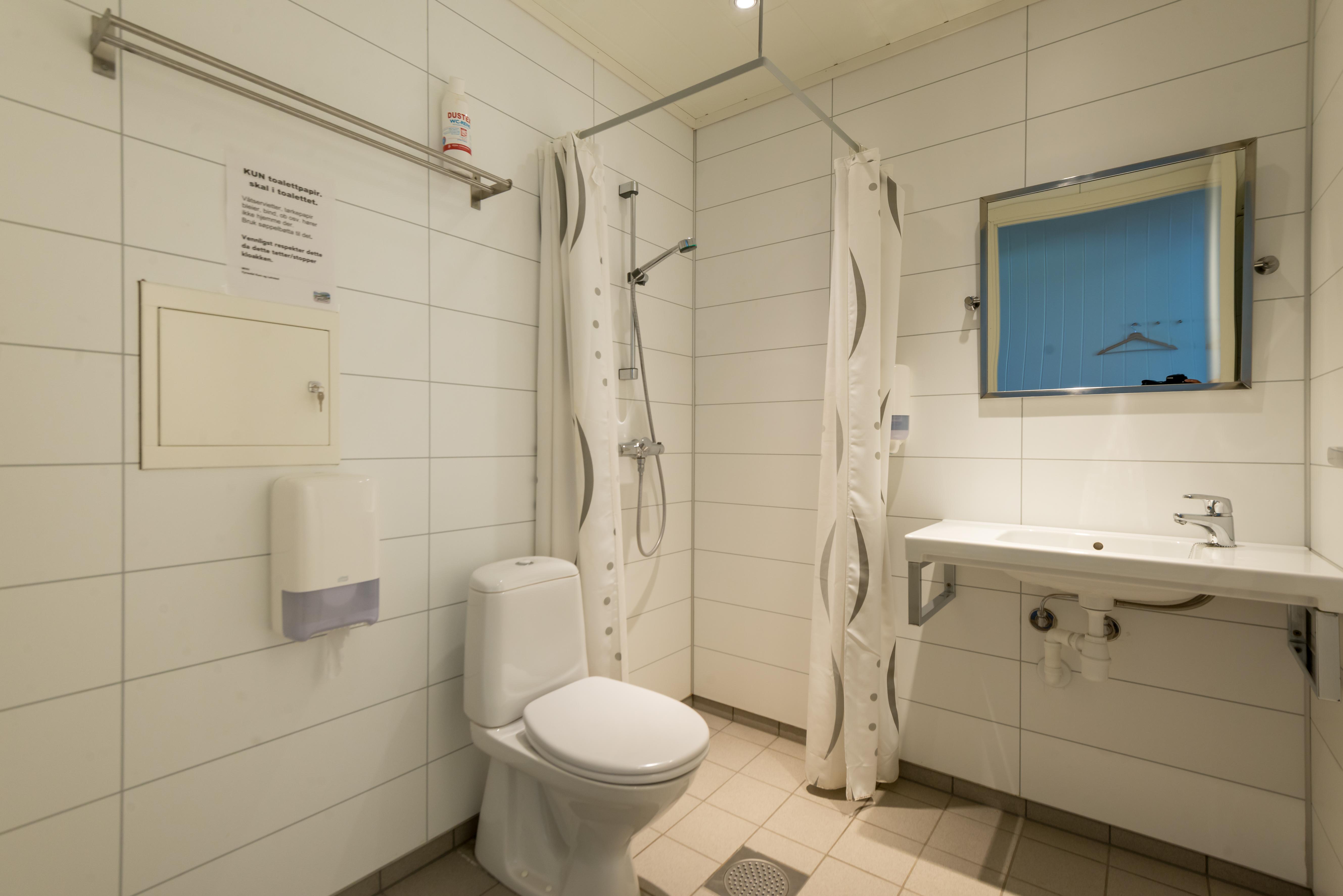 Vi har 10 leiligheter som er tilgjengelig med kodelås. 6 stk. er nye, derav 2 med litt eldre bad.