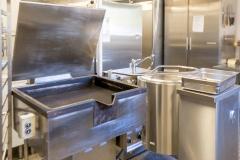 Storkjøkken. Her er det meste av proft utstyr en kokk ønsker seg. Stor stekepanne